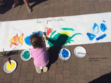 Atelier artistique sur la place du marché à Grand Bourgtheroulde: fresque collective/poissons