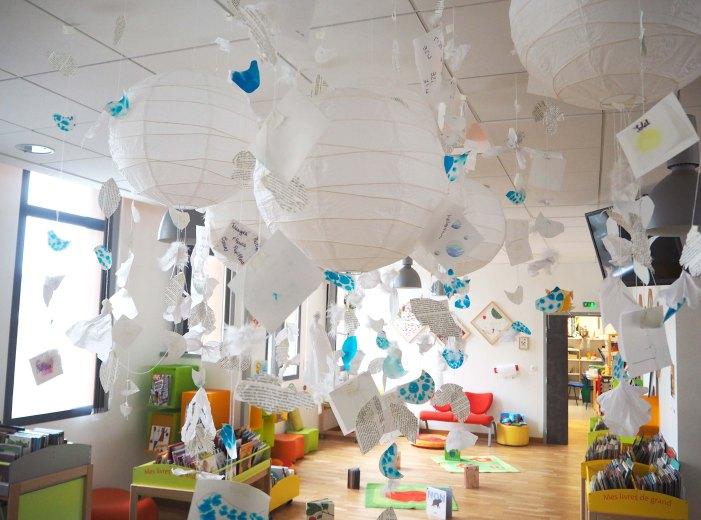 """Installation papier/plumes """"La légèreté"""" à la médiathèque Hector Malot de Bourg Achard"""